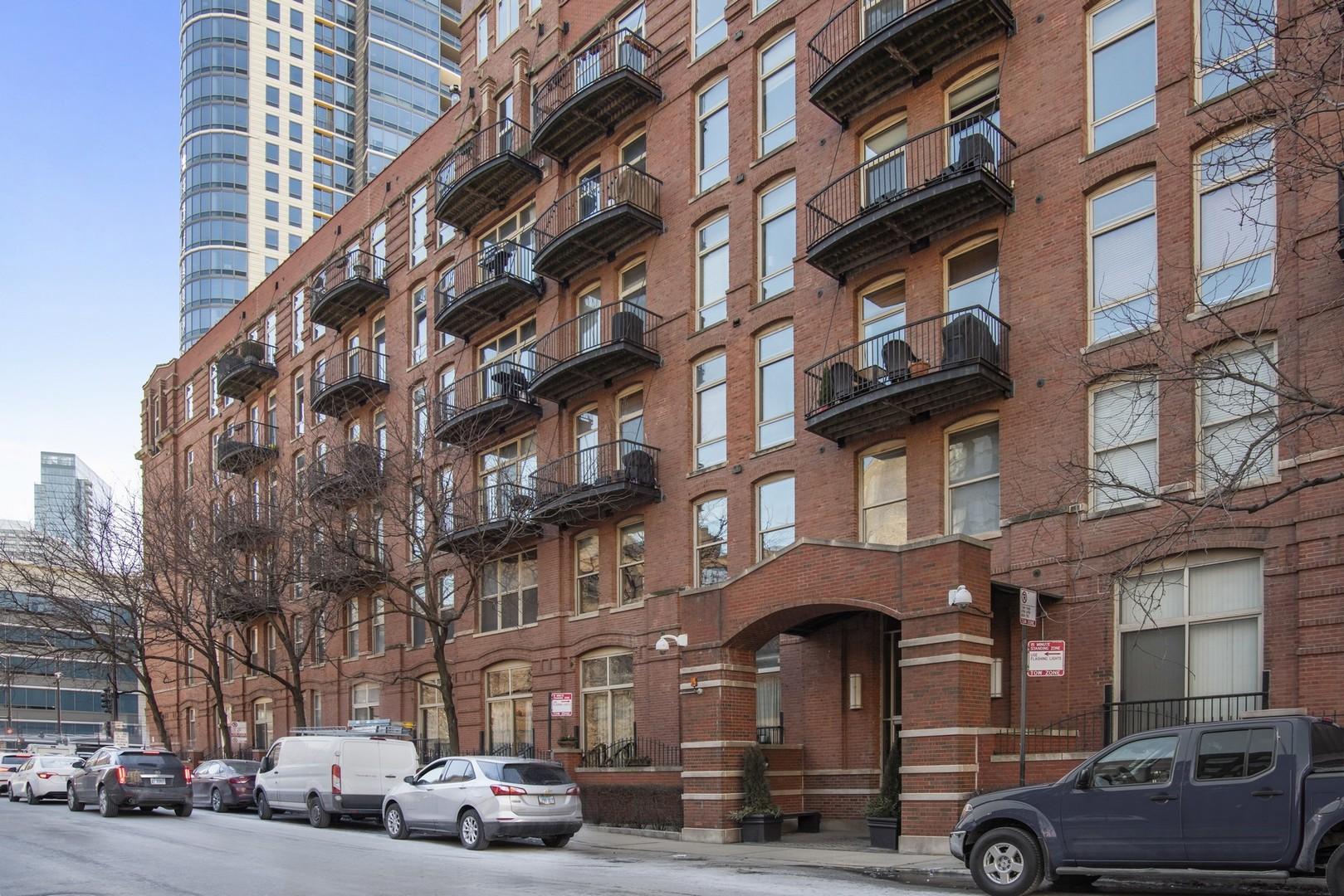 550 N Kingsbury Exterior Photo