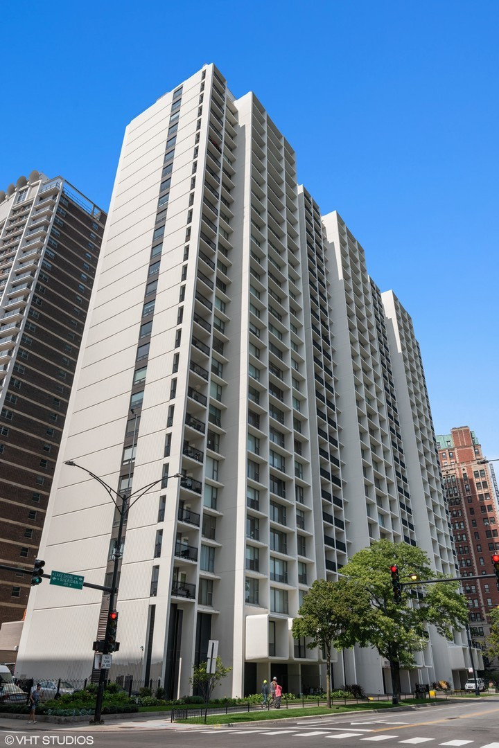 3200 N Lake Shore Exterior Photo