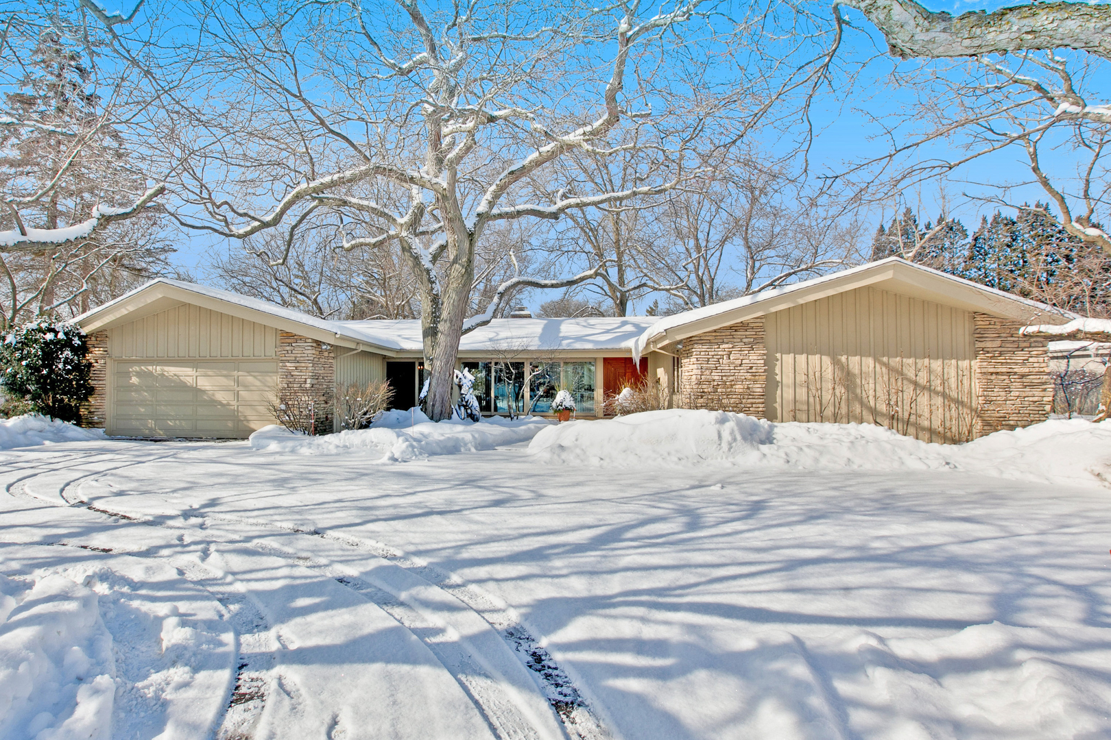 310 Larkspur Drive Chicago's North Shore, North and Northwest Suburbs Home Listings - Allyson Hoffman Northern Illinois Real Estate