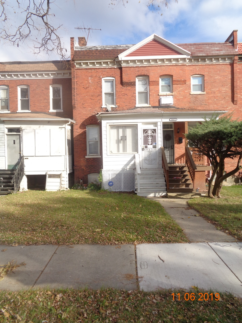 2 level town-home in Historic Pullman!  This property is ready for your improvements and ideas to make it a fine home again.  SOLD AS-IS AND READY FOR A NEW FAMILY. NOT BANK OWNED AND NOT A SHORT SALE, OWNERS ARE LOCAL AND MOTIVATED.  THIS HOME IS BEING SOLD AS-IS, SO PLEASE INSPECT PRIOR TO SUBMITTING AN OFFER.  PLEASE NOTE: 0% TAX PRORATIONS ARE OFFERED, THE SELLER WILL PAY CURRENT AND ALL PRIOR TAX BUT 0% CREDIT FOR FUTURE BILLS.  SPECIAL WARRANTY DEED AT CLOSING. NO SURVEY.  FOR FASTER RESPONSE PLEASE USE SELLERS CONTRACT, ADDENDUM AND DISCLOSURES UNDER DOCUMENTS