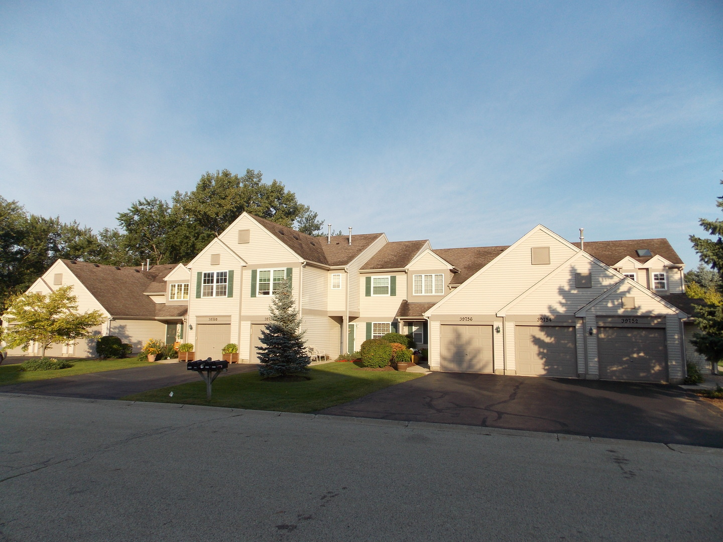 39752 NORTH TEE SIDE COURT #42-8, ANTIOCH, IL 60002