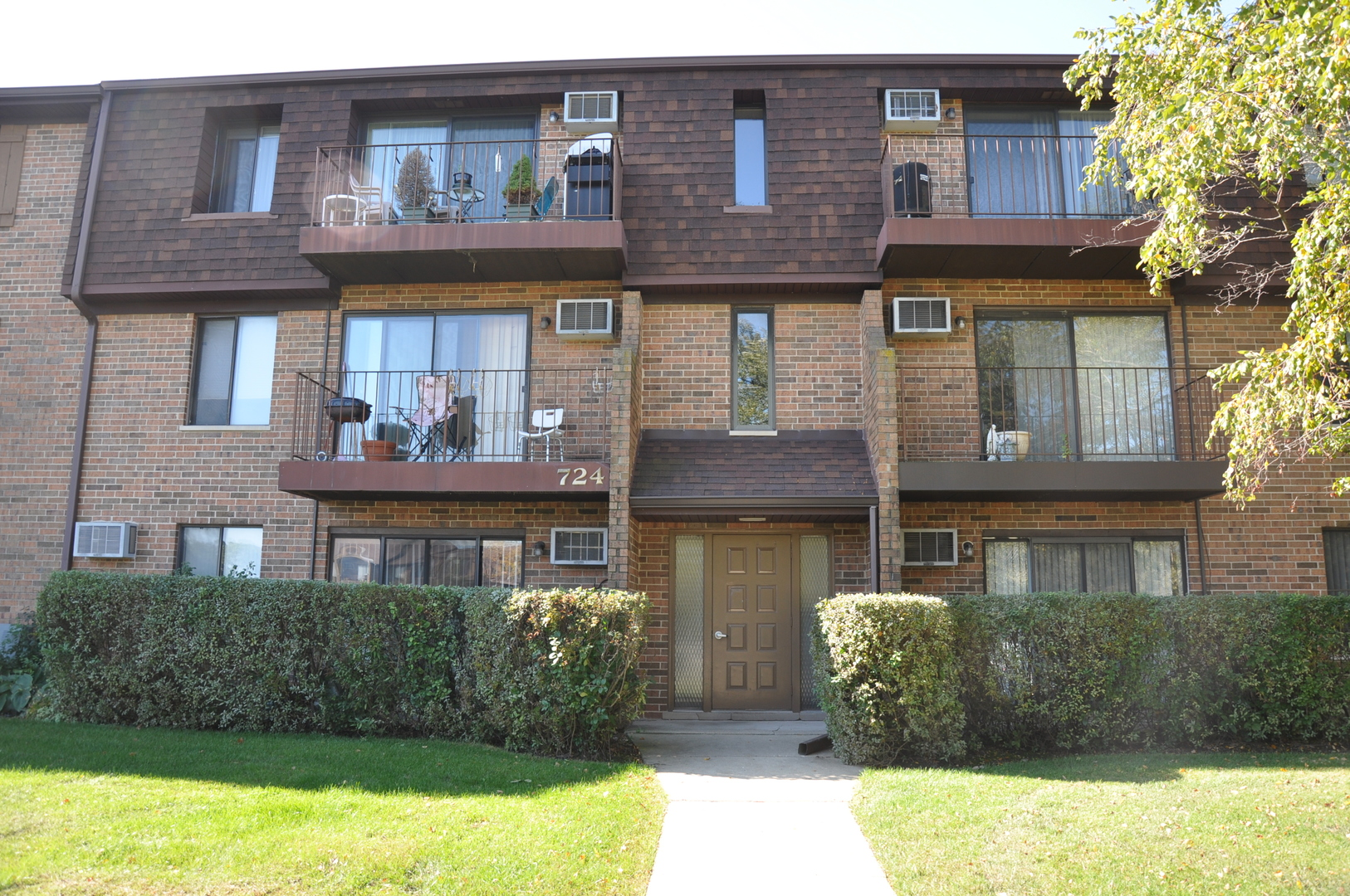 Desirable 2-bedroom condo in the centrally located briar hill subdivision. whole unit freshly painte
